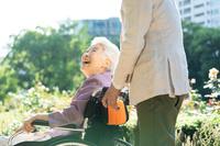 車椅子に座る笑顔のシニア日本人女性