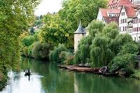 ドイツ ヘルダーリンの塔とネッカー川を行く遊覧船
