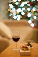 テーブルの上のワインとギフトボックス