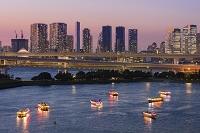 東京都 お台場より屋形船とビル街夕景