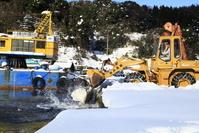 京都府 伊根町 ショベルカーの除雪作業 海に雪を捨てる