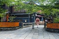 京都府 祇園巽橋 普段着の舞妓さん