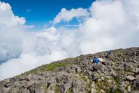 蓼科山山頂で休憩する登山者