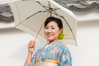 京都観光を楽しむ着物の日本人女性