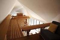 ロフトのソファと渡り廊下と天井
