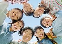 円陣を組む日本人の子供達
