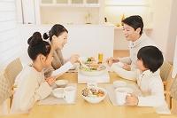 鍋を楽しむ家族