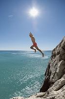海に飛び込む男性