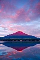 山梨県 逆さ映りの赤富士