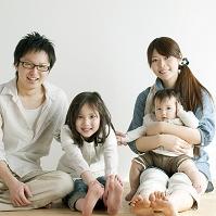 床に座り微笑む日本人親子
