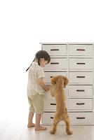 犬と一緒に捜し物をする女の子