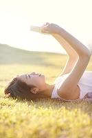 草原に寝転ぶ日本人女性
