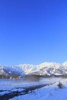 長野県 夜明けの北アルプスと川霧の松川