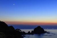 鳥取県 菜種五島の夕景と漁火と月 浦富海岸