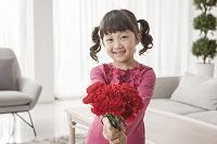 母の日に花を贈る女の子