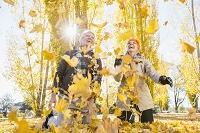 紅葉を楽しむ外国人シニア夫婦