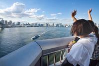 東京都 レインボーブリッジから手を振る女性