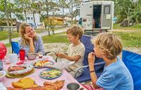 食事をする外国人家族