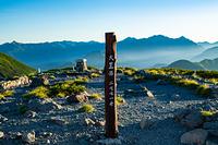 朝日を浴びる大黒岳山頂の標識