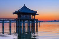 滋賀県 朝の浮御堂と琵琶湖