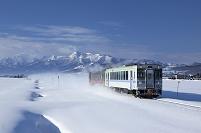 北海道 上富良野町 列車と山並み
