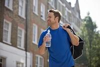 ペットボトルを持って歩く外国人男性