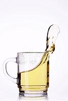 グラスから飛び出した液体