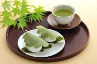 丸盆に置かれた柏餅と緑茶