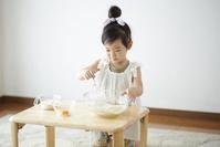 調理をする日本人の女の子