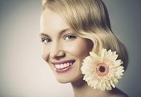外国人女性と花