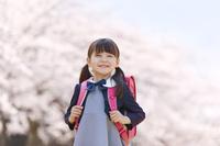 桜と笑顔の小学生
