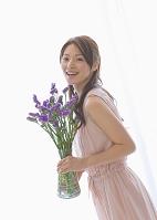 花瓶の花を持つ女性