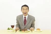 ステーキを食べるビジネスマン