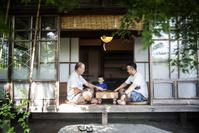 日本家屋の縁側に集う日本人の父子