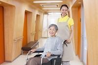 介護士の女性とおばあちゃん