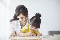 お絵描きで遊ぶ日本人親子