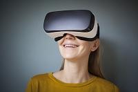 VRを見る女性