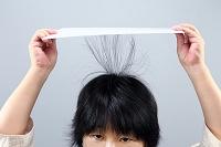 静電気で髪の毛を持ち上げる