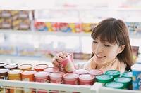 コンビニで買い物をする日本人女性