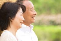 笑顔のシニア夫婦の横顔