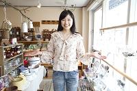 雑貨屋での若い日本人女性