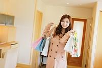 買い物袋を持つ女性