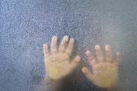 ガラス越しの日本人の子供の手