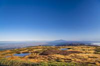 山形県 秋の月山弥陀ヶ原と鳥海山