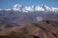 チベット パン・ラ(峠)よりギャチュンカン(左)とチョ・オユ...