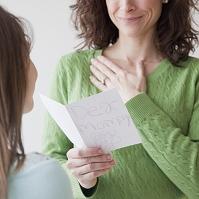 母の日にカードを贈る女の子