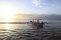 バリ島 船で海に出る漁師