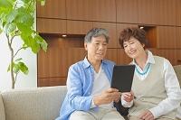 仲のいい日本人のシニア夫婦