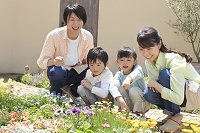 ガーデニングをする日本人家族