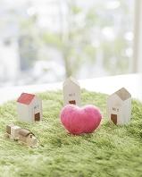 緑に立つ家のクラフトとハート